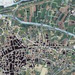 Figura 8:  Sovrapposizione della carta topografica del 1954 sulla foto aerea recente di Torpè. Le costruzioni in nero sono quelle relative al 1954. Le curve di livello di +10m e +12m individuano l'area bassa interessata dall'esondazione del Fiume Posada.