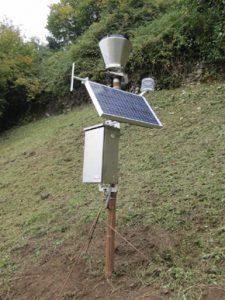 Un pluviometro, lo strumento atto alla misura della quantità di precipitazioni. Si noti il pannello fotovoltaico che genera l'energia di alimentazione, garantendo la funzionalità in qualsiasi condizione meteo. Il dato misurato viene poi trasmesso alla centrale operativa tramite sistema GPRS o satellitare (da Hortus srl)