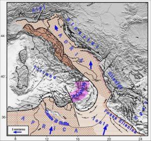 Fig. 4. Schema tettonico dell'area mediterranea centrale, con evidenziata la placca adriatica (Adria) e le zone dove essa interagisce con le strutture laterali, sia ad Est (Ellenidi-Diranidi) che ad Ovest (Calabria ed Appennino). A Sud, Adria è in stretto contatto con il blocco continentale africano mentre a Nord interagisce con la catena alpina, mediante un processo di sottoscorrimento. La parte marrone dell'Appennino indica il settore che, sollecitato da Adria, si muove più velocemente rispetto alla fascia tirrenica della catena (grigia). Le frecce blu indicano il movimento del blocco africano e di Adria rispetto all'Europa