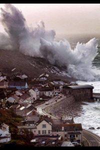 L'impressionante immagine della potente mareggiata che ha travolto le coste della Cornovaglia