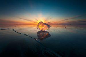 Lo scenario suggestivo offerto dal Bajkal ghiacciato dopo il tramonto