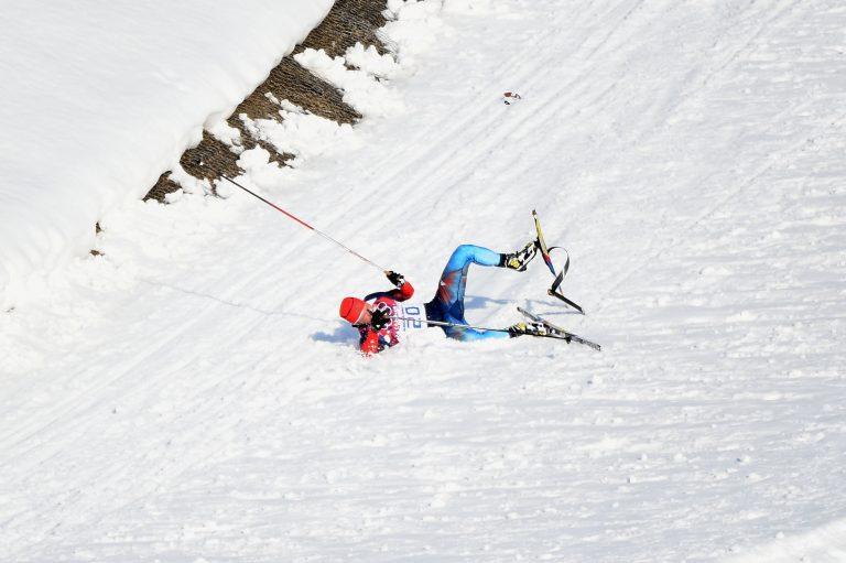 Condizioni neve e caduta atleta russo