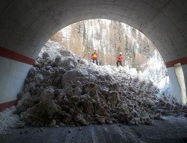 Montagna/ Belluno, valanga in strada: bonifica in corso