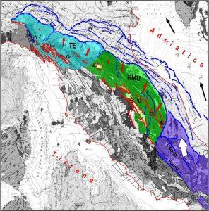 Fig. 2.  Schema tettonico della zona in esame, in cui sono evidenziate con vari colori le parti della catena appenninica che si muovono più rapidamente rispetto alla parte occidentale (in grigio). Il viola identifica la parte orientale dell'Appennino centrale, il verde mostra il settore Romagna-Marche-Umbria (RMU) e il blu il settore Toscana-Emilia (TE).  La freccia bianca indica la spinta che l'Appennino centrale esercita sul settore RMU. Le frecce nere e rosse indicano rispettivamente il movimento della placca adriatica e dei settori mobili dell'Appennino settentrionale. Cf= Colfiorito, Ga= Garfagnana, Gu= Gubbio, Lu= Lunigiana, Mu= Mugello, No= Norcia, VT= Val Tiberina
