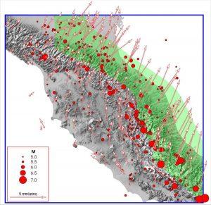 Fig. 3  Campo di velocità  attuale, dedotto da misure geodetiche. Ogni vettore indica la velocità media (negli ultimi 12 anni)  nel punto della stazione GPS implicata. I circoletti rossi identificano gli epicentri dei terremoti più intensi avvenuti dopo il 1000. La  grandezza dei simboli è rappresentativa della magnitudo (M), in accordo con la scala  indicata nell'inserto. Il colore verde mette in evidenza il settore appenninico dove ci sono le velocità geodetiche  più elevate (v > 3 mm/anno)