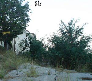Confronto fotografico degli edifici sul ciglio della scarpata della frana del 7 marzo 2005: 8a)  foto scattata il 15 marzo 2005; 8b) foto scattata il 7 ottobre 2009. Il confronto denota una scarsa evoluzione dell'evento franoso nei 4 anni intercorsi