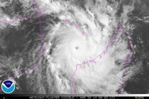 """Il ciclone tropicale """"Hellen"""" mentre prende sviluppo l'occhio centrale davanti le coste nord-occidentali del Madagascar"""