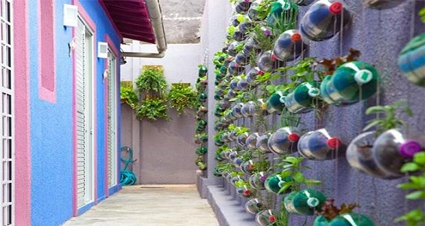 """Ambiente: il giardino """"verticale"""" con le bottiglie di plastica"""