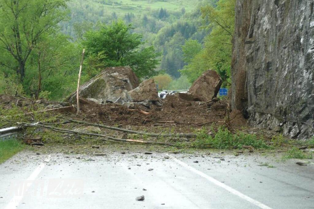 Terremoto, nuova frana sulla Salaria a causa delle scosse sismiche: strada chiusa ad Acquadanta