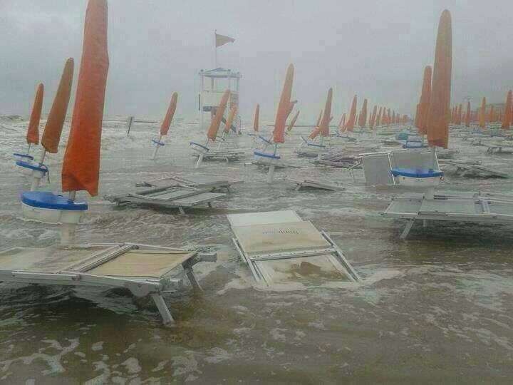 """Allerta Meteo, """"shock termico"""" in arrivo sull'Italia: tracollo di  20°C in piena estate, allarme per bombe d'acqua e tornado"""