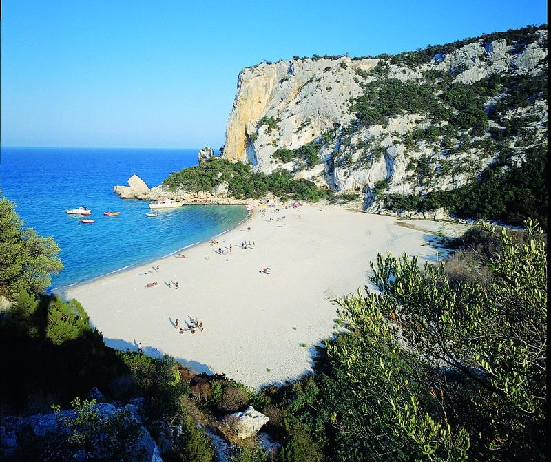 Cala Luna, Sardegna il suggestivo scenario di una delle
