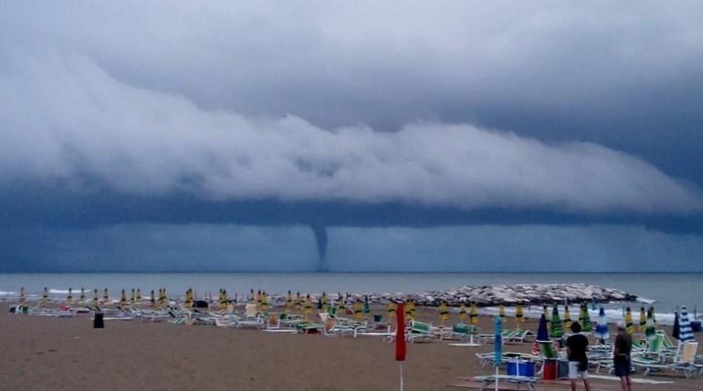 Maltempo violenti tornado nell 39 adriatico da venezia alla romagna foto - Il meteo bagno di romagna ...