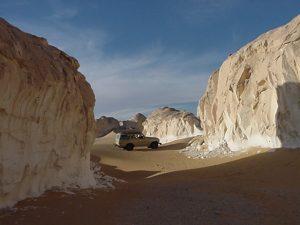 """Il paesaggio quasi """"lunare"""" nel cuore del Sahara, li dove i termometri possono varcare i +50°C all'ombra"""