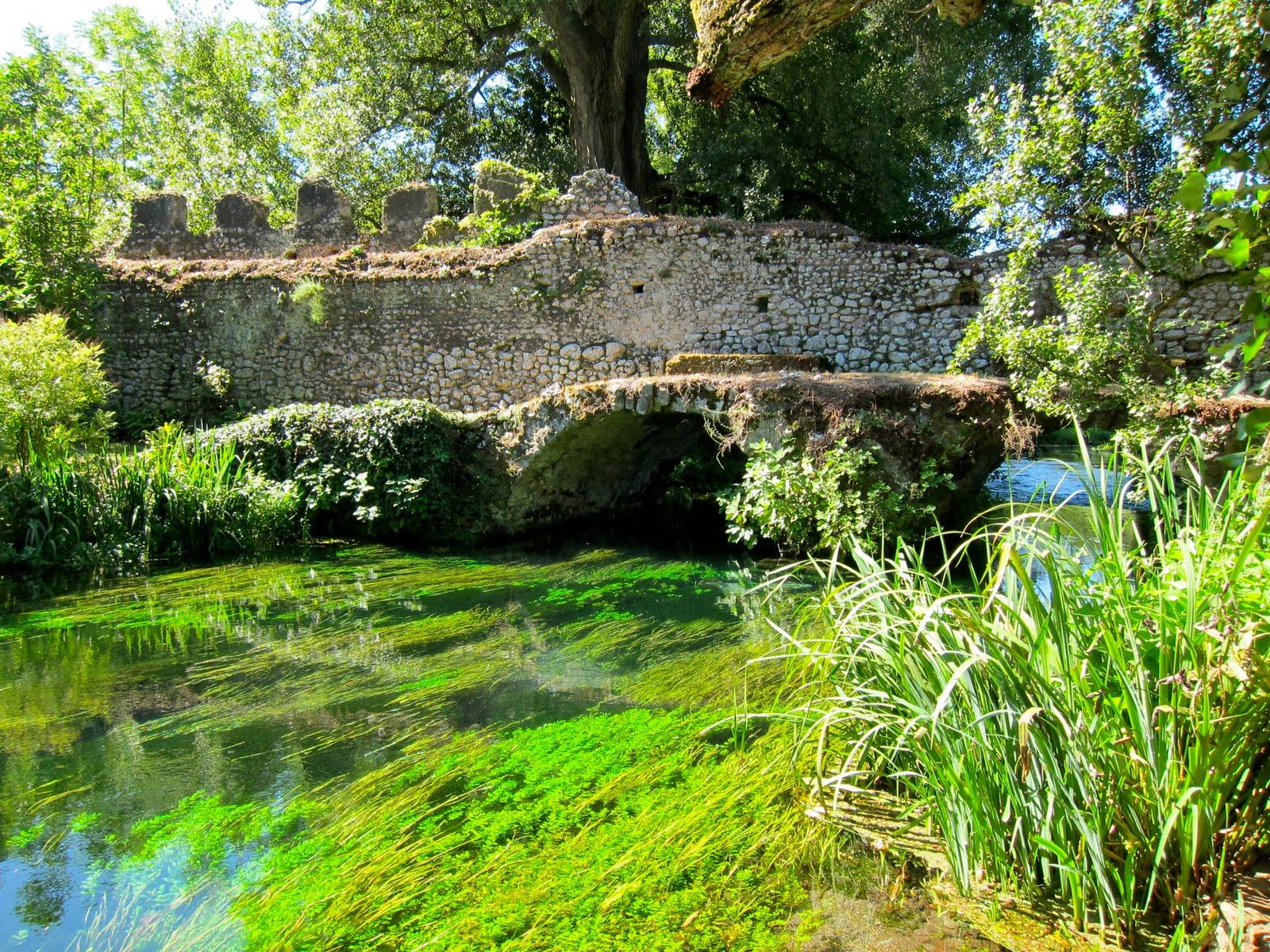 Il meraviglioso giardino di ninfa tra essenze floreali for Laghetti nei giardini