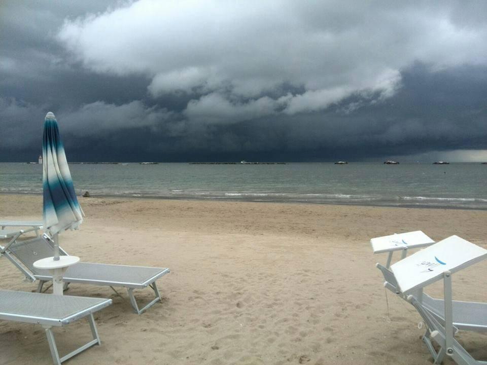 Matrimonio Sulla Spiaggia Emilia Romagna : Tempesta di sabbia sulla spiaggia rimini bagnanti in