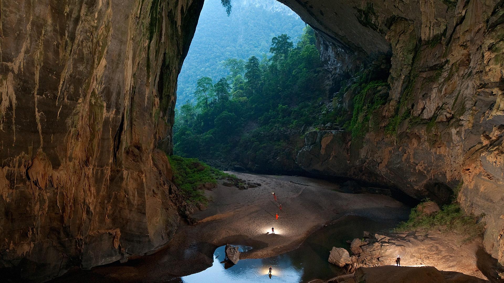 Risultati immagini per Hang Son Doong grotta più grande del mondo