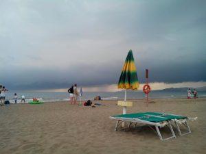 estate spiaggia mare ombrellone maltempo