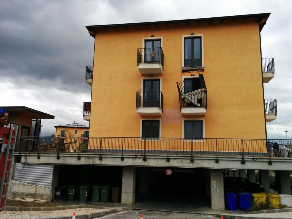 Terremoto l 39 aquila crolla balcone new town tragedia for Case costruite su pendii