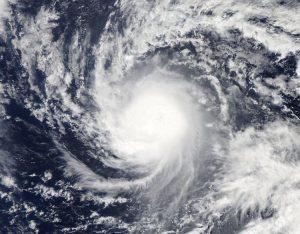 """Il ciclone """"Gonzalo"""" durante la fase di ulteriore intensificazione sull'Atlantico tropicale"""