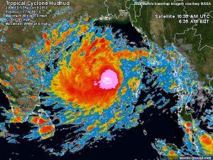 Il ciclone in fase di rafforzamento sopra le calde acque superficiali del Golfo del Bengala