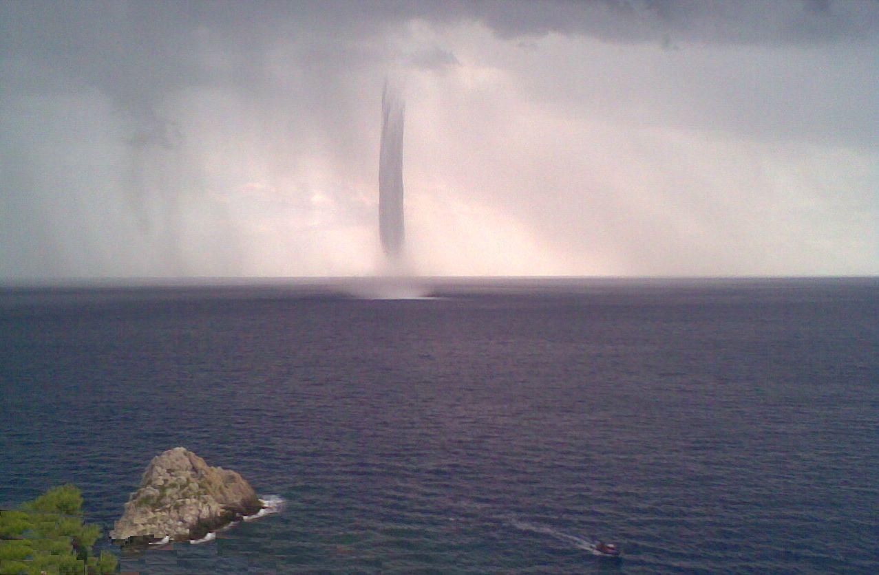 Maltempo in toscana tromba d 39 aria a forte dei marmi gravi danni meteo web - Bagno america forte dei marmi ...