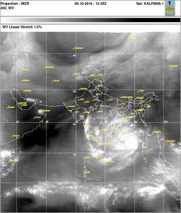 """L'immagine del vapore acqueo mette in evidenza l'immensa quantità di vapore che """"Hudhud"""" potrà aspirare dalle latitudini equatoriali dell'oceano Indiano (credit INDIA METEOROLOGICAL DEPT.)"""