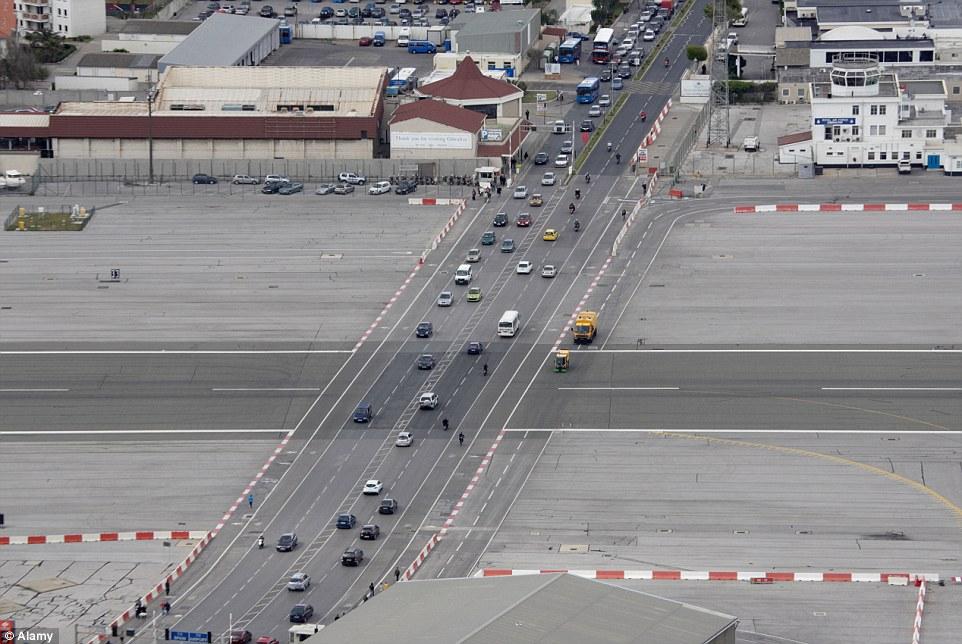 Aeroporto Gibilterra : Gibilterra dove gli aerei atterrano in strada foto