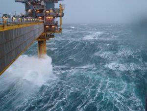 Mar del Nord in tempesta fotografato dall'alto di una piattaforma petrolifera