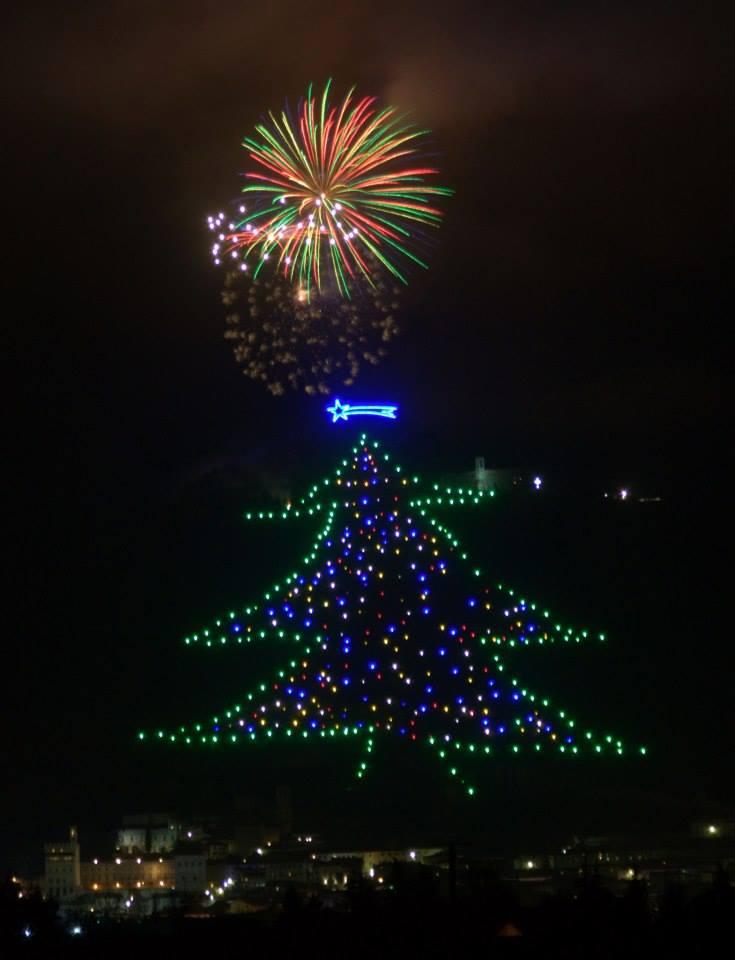 Albero Di Natale Gubbio.A Gubbio L Albero Di Natale Piu Grande Del Mondo Acceso Con Un