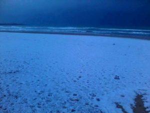 La neve sulle spiagge della Sicilia sud-orientale, appena ad ovest di Capo Passero