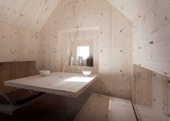 Antoine la tiny house nascosta in una roccia artificiale for Schierandosi dalla roccia in casa