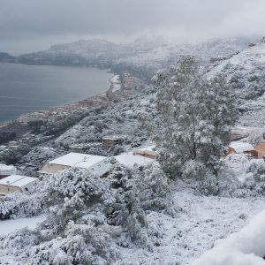 La baia di Taormina ammantata dalla neve fresca fino a livello del mare