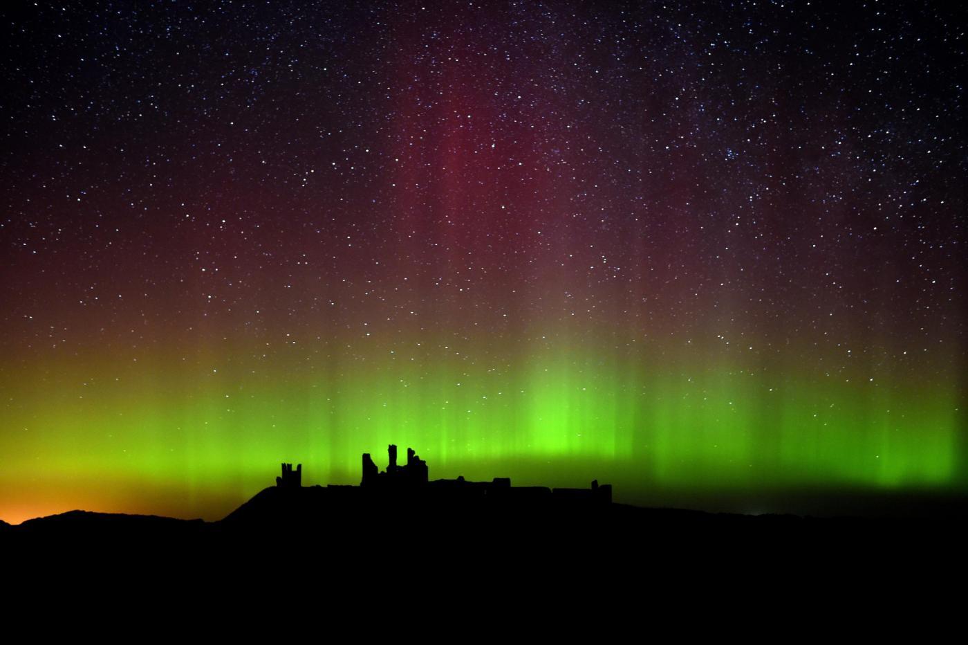 Regno unito l 39 aurora boreale vista dal castello di for Aurora boreale sfondo