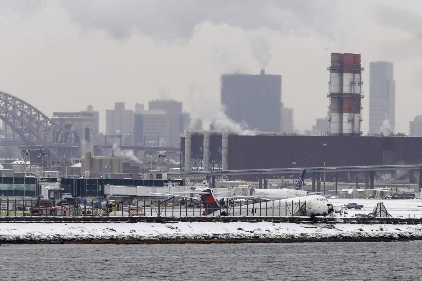 Aeroporto New York La Guardia : Maltempo negli usa riaperto l aeroporto laguardia di new