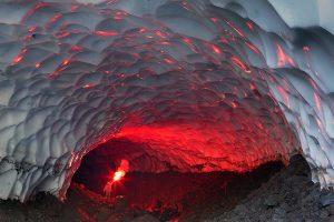 La spettacolare grotta ghiacciata del vulcano Mutnovsky