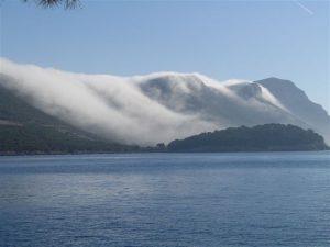 """L'attivazione del """"deflusso"""" eoloico che da origine ai venti di bora nella baia di Trstenik, lungo la costa croata"""