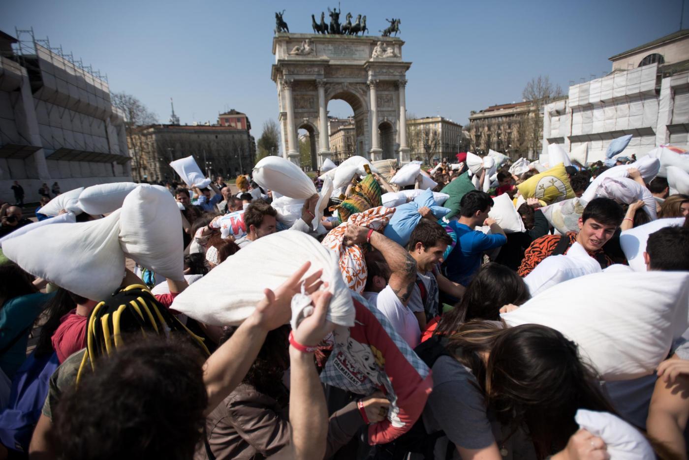 International pillow fight day la battaglia dei cuscini a for Battaglia di milano