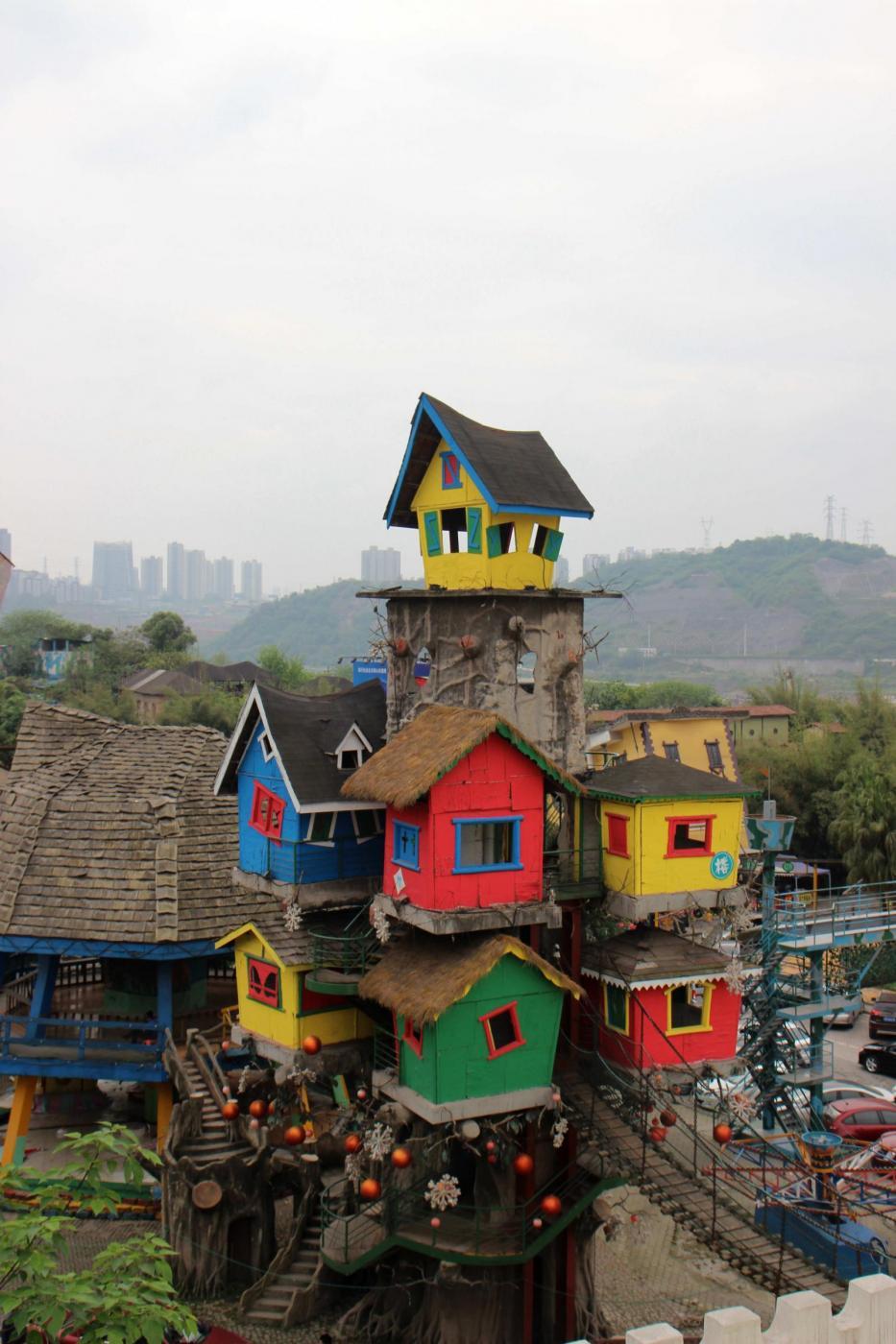 Cina coloratissima e fantasiosa casa sull 39 albero 3 piani for Piani casa sulla riva