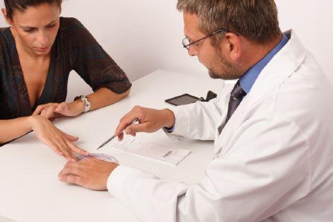 Il medico in carne e ossa batte App, web e PC: sulla salute è meglio non affidarsi (solo) alla tecnologia