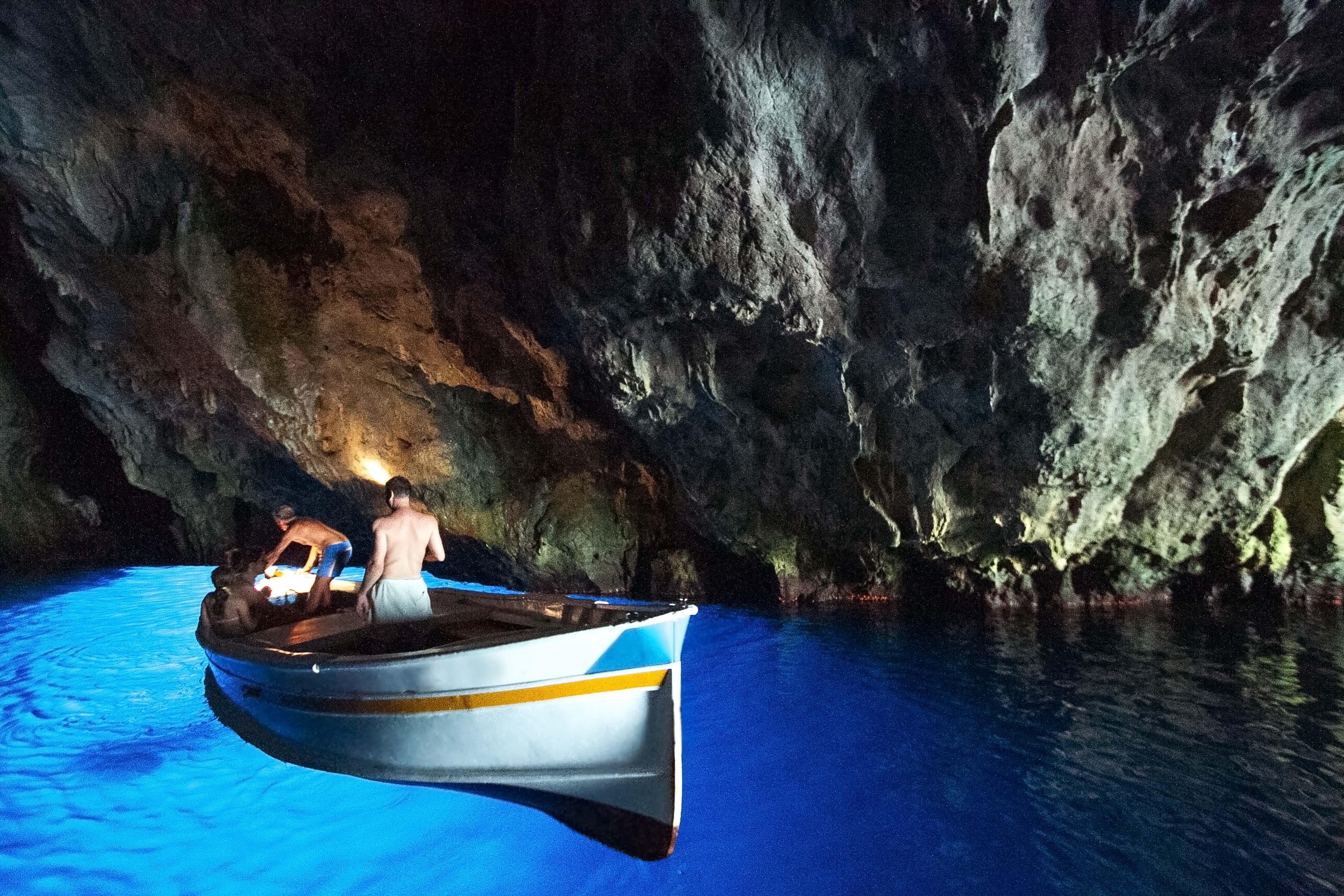 Alla scoperta delle suggestive e misteriose grotte di for Quanto costa un uomo in grotta