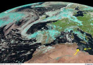 La nuvola di polvere in arrivo sulla Sicilia evidenziata dalle frecce gialle