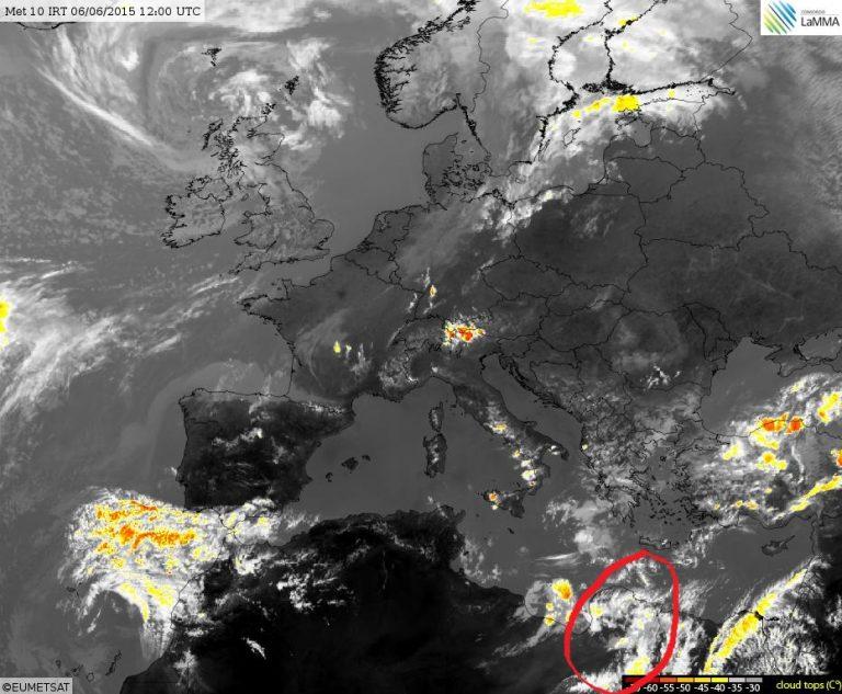 Il cerchio rosso indica l'area dove si stanno formando i temporali sull'entroterra desertico libico