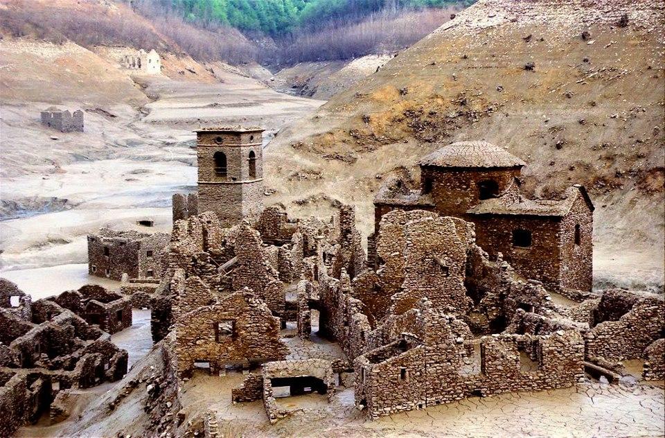Il lago di vagli verr svuotato cos il paese fantasma for Case di un ranch di storia