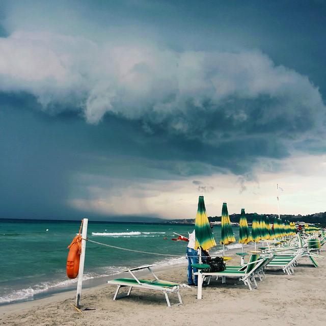 maltempo estate spiaggia ombrellone temporale (6)