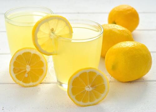 Acqua E Limone La Sera.Acqua Calda E Limone Si Ma Attenzione Alle Controindicazioni