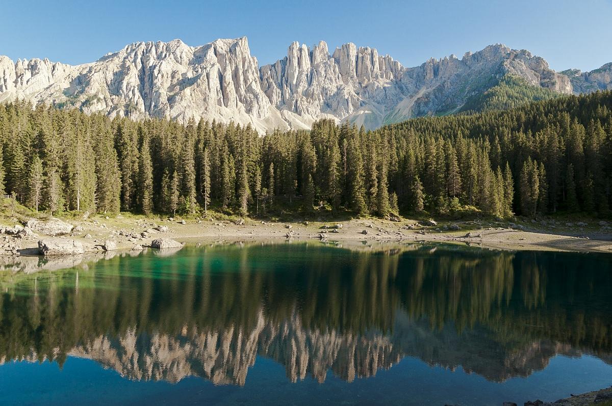 Il leggendario lago di carezza un incantevole meta for Arredamento trentino alto adige