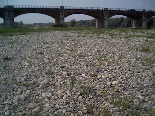Siccit al nord fiume sesia in secca emergono i resti di - Letto di un fiume in secca ...