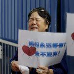 Aereo Malaysia Airlines scomparso: il dolore delle famiglie delle vittime a Pechino [FOTO]