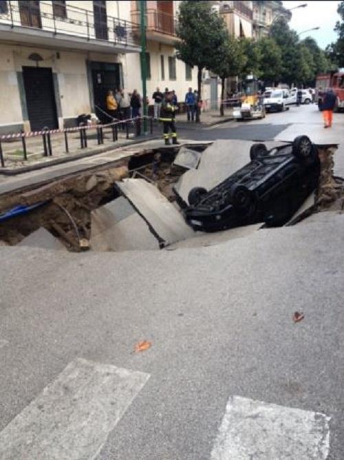 Maltempo napoli sprofonda la strada ad afragola for Ad arredamenti afragola