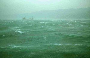 Immagine di repertorio sulle forti raffiche di bora che spazzano il Golfo di Trieste, originando un consistente moto ondoso di deriva che si propaga verso l'alto Adriatico